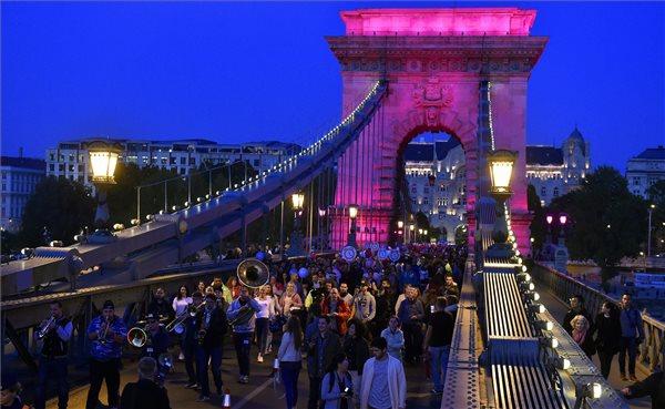 A mellrák és a prosztatarák szűrésének fontosságára hívták fel a figyelmet a fővárosi hídsétán