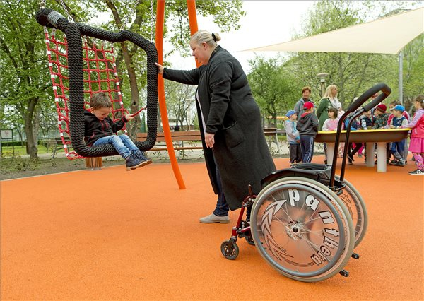Mozgáskorlátozott gyerekeknek épített játszóteret adtak át Győrben