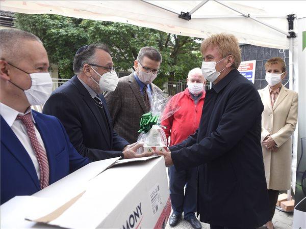 Koronavírus - Béres Cseppeket és fertőtlenítőszereket adományoztak egyházi kórházaknak és bentlakásos intézményeknek