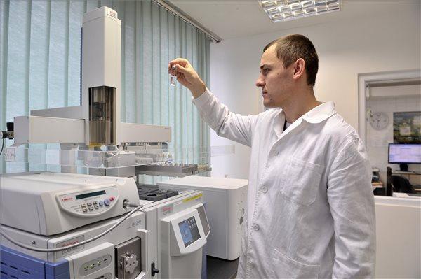 A hamis gyógyszerek analizálására alkalmas berendezést kapott az Országos Gyógyszerészeti és Élelmezés-egészségügyi Intézet