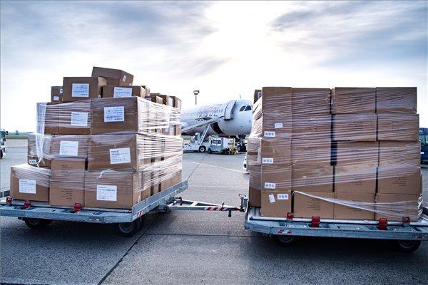 Koronavírus - Szijjártó: újabb egészségügyi védőeszközök érkeztek Budapestre