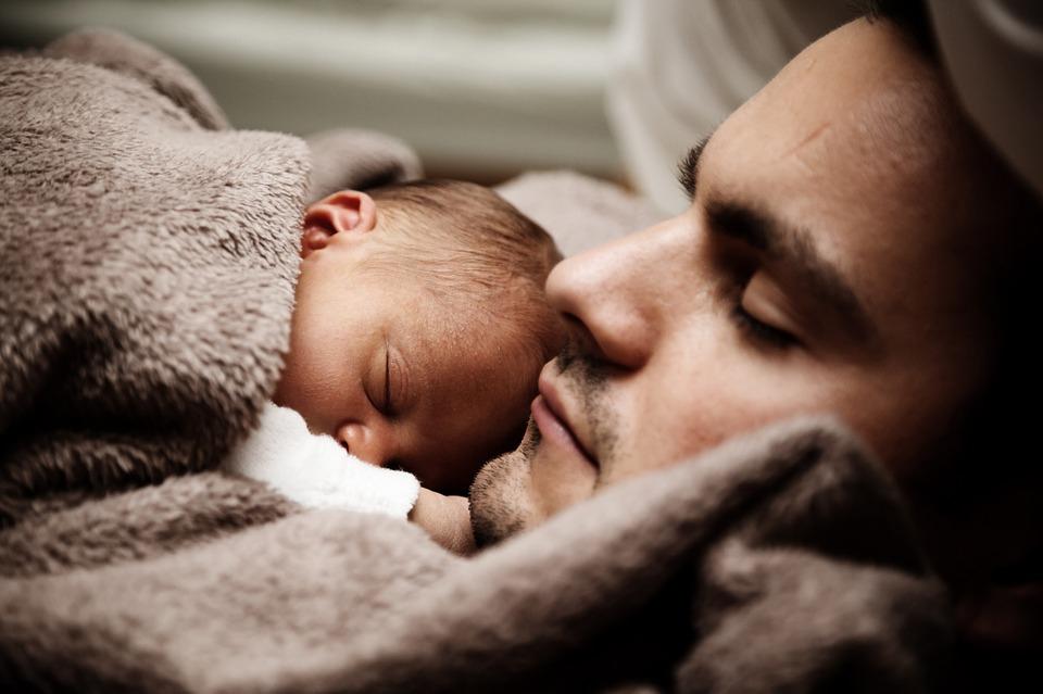 Hasznos, ha az anyával élő csecsemő olykor az apánál alszik