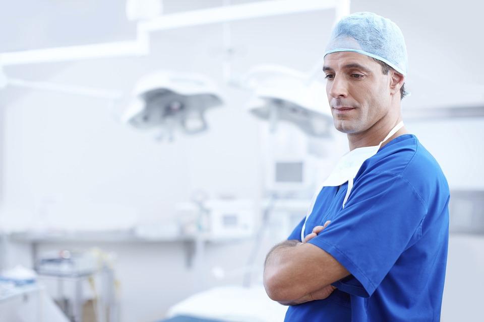 Novembertől 100 ezer forinttal emelkedik az orvosok bére