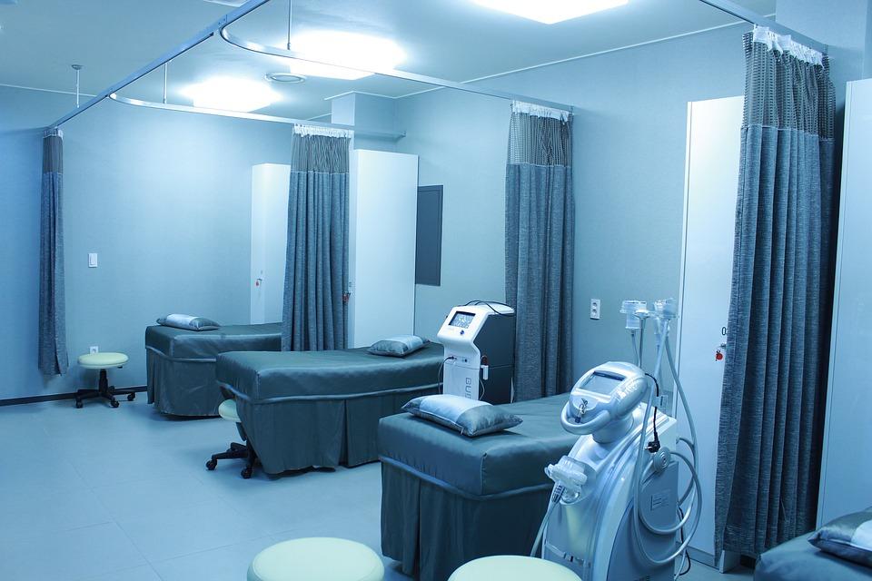 Az alacsony kockázatú prosztatarákos páciensek kezelése nagyban függ az intézménytől