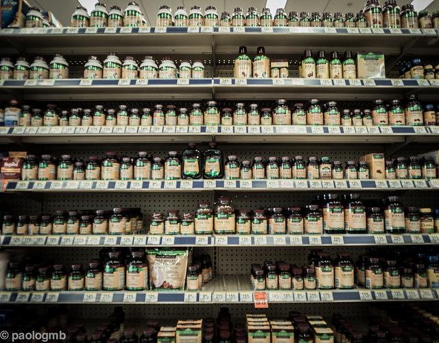 Összefüggés a növényi étrend-kiegészítők túlzott fogyasztása és a vese- és májkárosodás között.