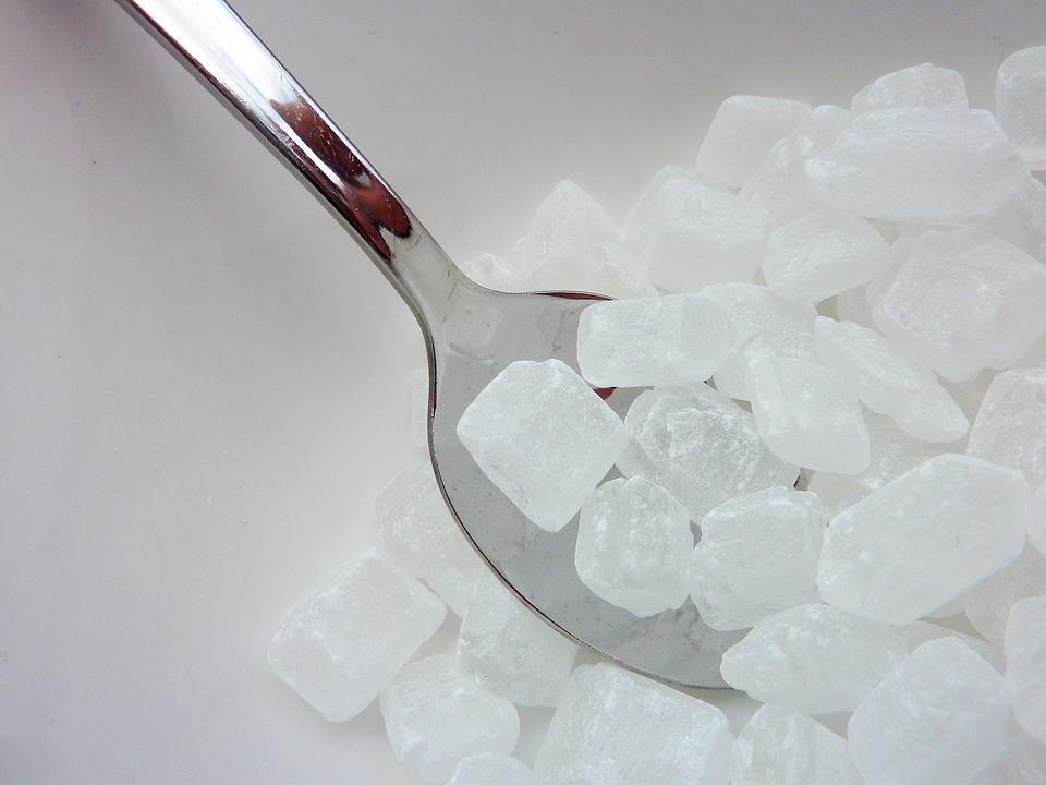 Legfeljebb napi hat teáskanálnyi hozzáadott cukrot javasolnak a gyerekeknek